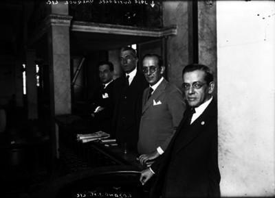 José Gutiérrez Vázquez y abogados en los salones populares de la Cárcel de Belén, retrato de grupo