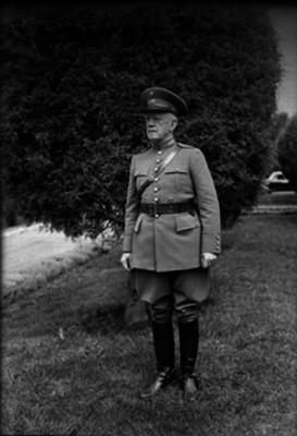 Eduardo Hay, ingeniero y militar, en un jardín, retrato