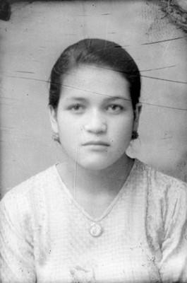 Mujer adolescente de clase media, de frente, retrato
