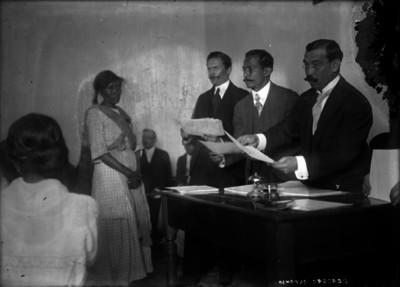 Alfonso Herrera entregando documentos a mujer de clase humilde