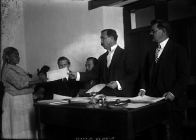 Alfonso Herrera entrega documentos