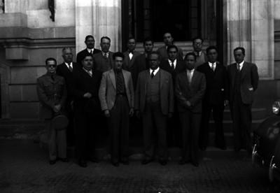 Hidalgo, empleado público, y personalidades en las escalinatas de un edificio, retrato de grupo
