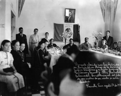 La Sra Josefina Cárdenas e hija y el Gral J. Félix Bañuelos en un banquete