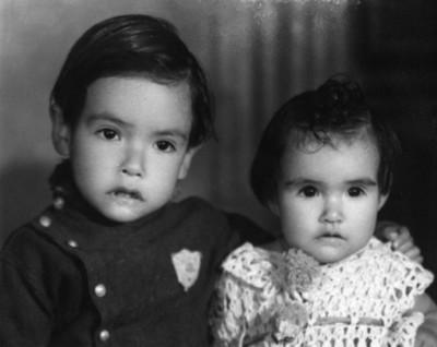 Niño y niña de aproximadamente 2 y un año, de clase media, retrato