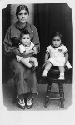 Mujer con sus hijos, retrato