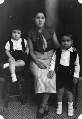 Madre con sus hijos, retrato
