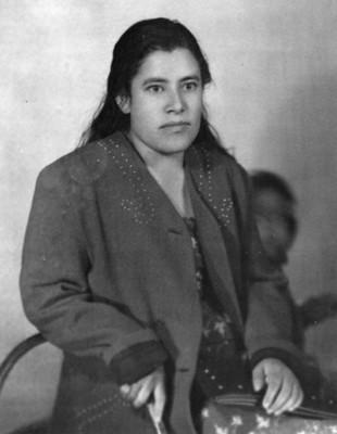 Mujer sentada de clase media, retrato