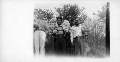 Hombres con flores de palma, retrato