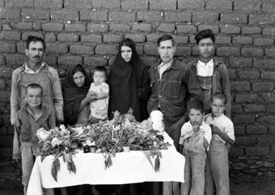 Familia rodea el cadáver de un niño, retrato