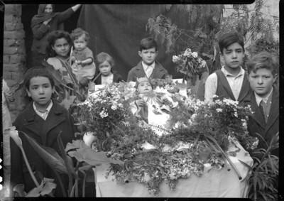 Angelito acompañado de niños, retrato