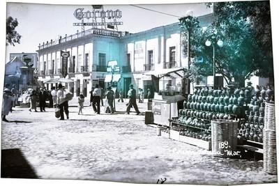 "Gente camina frente al ""Hotel Morelos"""