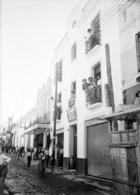 Gente transita por la calle de Matamoros