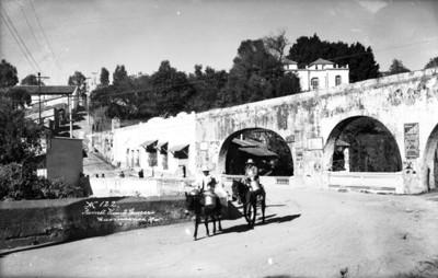 """Lecheros con animales de carga cruzan el """"Puente Vicente Guerrero"""""""