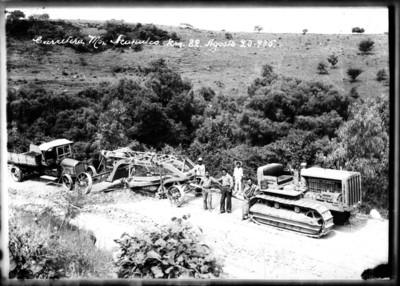 """Trabajadores con maquinaria durante la construcción de la """"carretera México-Acapulco"""""""