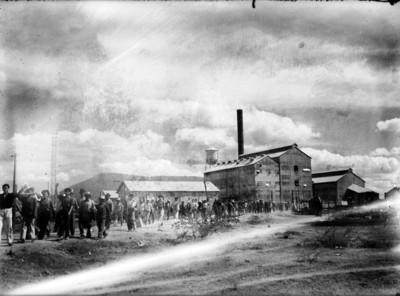 Trabajadores caminan en las afueras del Ingenio de Zacatepec