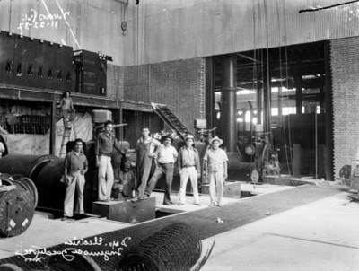 """Trabajadores del """"departamento eléctrico"""" en el """"Ingenio de Zacatepec"""", retrato de grupo"""