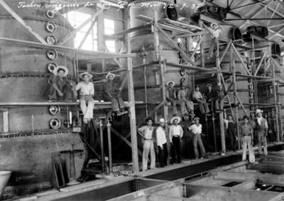 """Trabajadores en el interior del """"Ingenio de Zacatepec"""", retrato de grupo"""