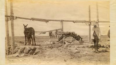 """Rueda de bombeo de agua, """"5675. Pump wheel at Salinas"""""""