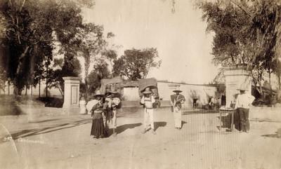 """""""Carboneros"""", en la calle de un pueblo"""