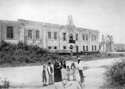 Familia enfrente de la Fábrica Independencia