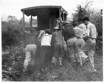 Hombres empujan un vehículo
