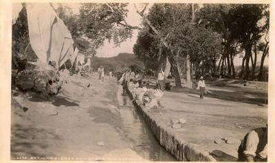 """Escena de bañistas en aguas de una acequia, """"6275. Bathing scenes at hot springs acequia"""""""