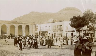 """Gente alrededor de la fuente, """"5665. Zacatecas. The fountain"""""""