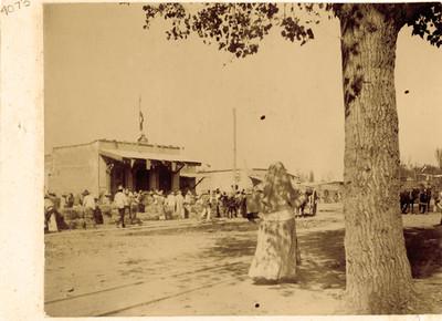 Campesinos frente a una tienda