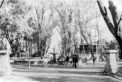 Gente alrededor de la fuente en la Alameda