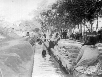"""Lavanderas y niños junto a una acequia """"6273. Hot springs acequia bathing"""""""