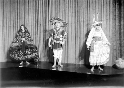 Maniquíes en exhibición con trajes regionales