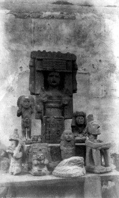 "Figuras antropomorfas exhibidas en un museo. ""Pottery in the National Museum. Mexico"""
