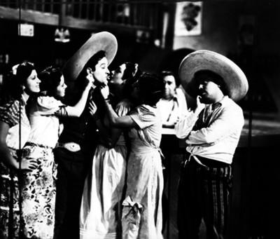 """Pedro Infante, Fernando Soto """"Mantequilla"""" y actrices en una escena de película"""