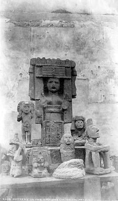 """Lote de escultura de deidades mexicas, """"Pottery in the national museum, Mexico"""""""
