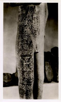 Diseños en las piernas y torso de la escultura el Adolescente de Tamuín