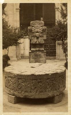 Coatlicue y la Piedra de Tizoc en el patio del Antiguo Museo, ciudad de México