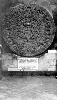 Calendario Azteca y escultura de Coatlicue de Coxcatlán, exhibidos en el Antiguo Museo Nacional