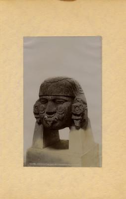 Cabeza de coyolxauhqui exhibida en el Antiguo Museo Nacional