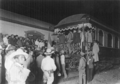 Multitud entre el vagón donde viajaba el general Alvaro Obregón