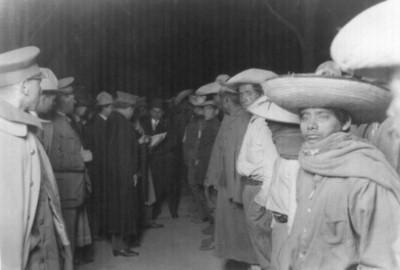 General Arnulfo R Gómez recibe prisioneros huertistas
