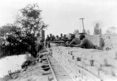 Soldados apuntan desde una trinchera