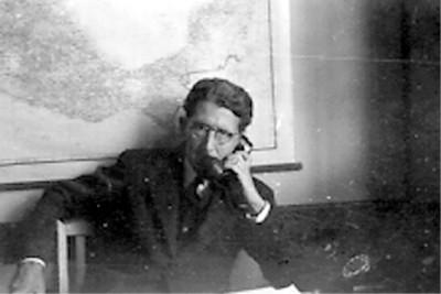 Felipe Teixidor en una oficina habla por teléfono