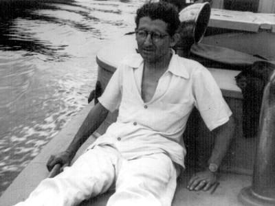 Felipe Teixidor sentado en una embarcación, retrato