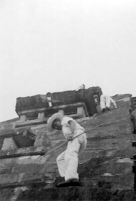 Felipe Teixidor y acompañante descienden de la pirámide de los nichos