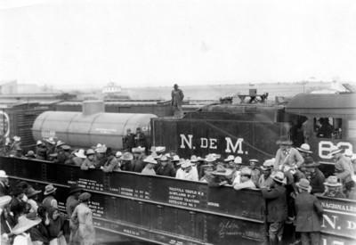 Obregón con hombres de su ejército abordo de ferrocarril