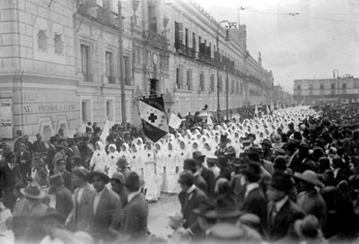 Brigadas sanitarias escolares desfilan frente a Palacio Nacional