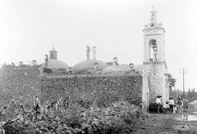 """Militares zapatistas sobre la cúpula de una Iglesia en """"Xochimilco"""""""