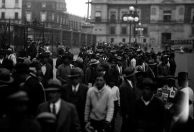 Gente aglomerada en el atrio de la Catedral Metropolitana