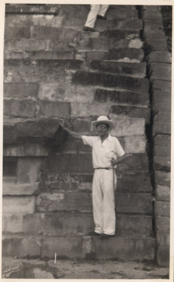 Felipe Teixidor en las escaleras de una pirámide en el Tajín