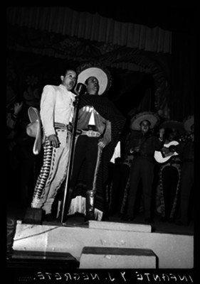 Pedro Infante Cruz canta a dúo con Jorge Negrete acompañados de mariachis